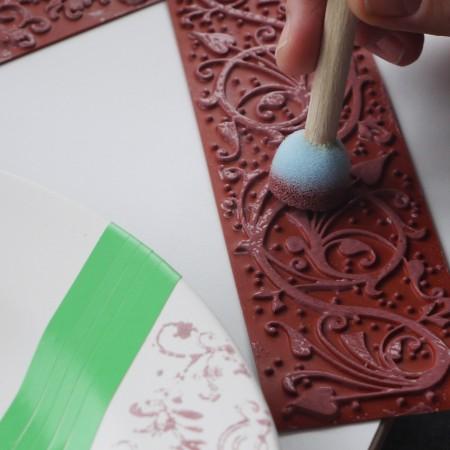 Stempelmatten machen das Keramik Bemalen zu einem Kinderspiel.