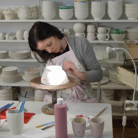 Beim Keramik bemalen kann man sehr individuelle Geschenke anfertigen.