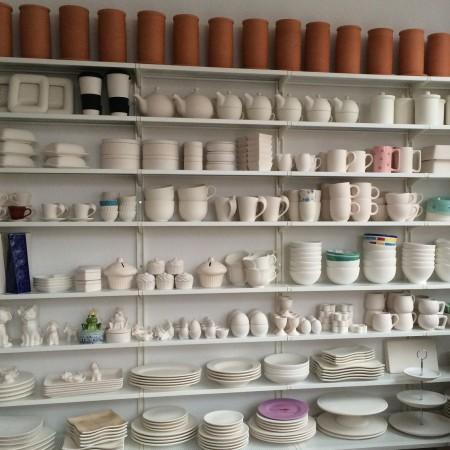 Für das Keramik Bemalen hält das Keramikatelier Anette Breu eine große Auswahl an Roh-Keramik bereit.