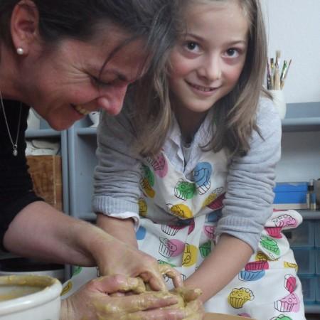 Wenn Sie im Keramikatelier Kindergeburtstag feiern können die kleinen Gäste auch an der Scheibe drehen.