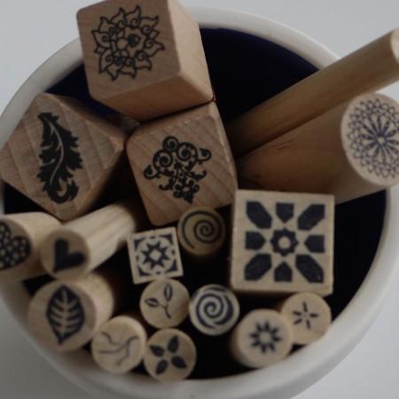 Mit den hilfreichen Stempeln wird das Keramik bemalen kinderleicht.
