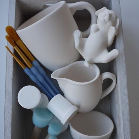 Um auch zuhause Keramik bemalen zu können bietet das Keramikatelier eine mobile Malkiste an.