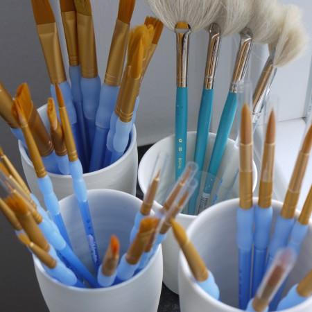 Im Keramikatelier steht eine breite Auswahl spezieller Pinsel für das Keramik Bemalen zu Verfügung.