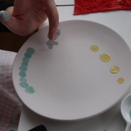 Die Keramik kann man auch mit den Fingern bemalen.